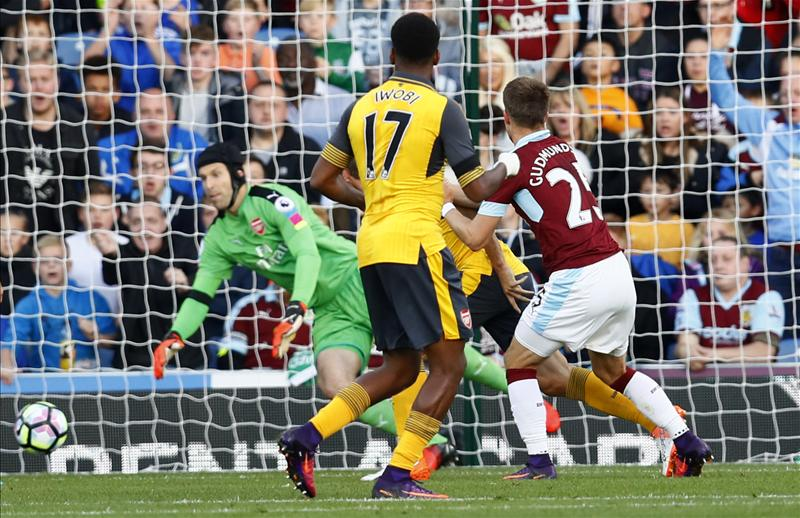 Arsenal beats Burnley 1-0 after injury-time goal