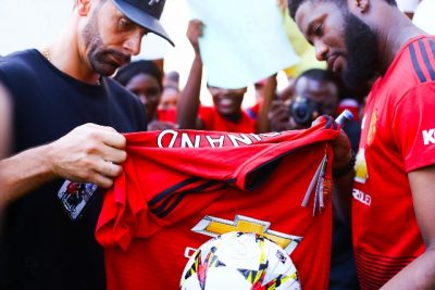 Manchester-United-Super-Fan-400x267 Manchester United Super Fan Meets Club Icon In Lagos